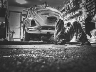 Nářadí pro opravu auta na cestách